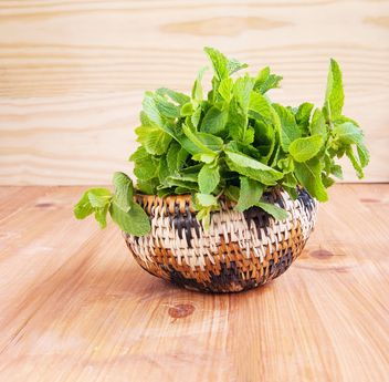 Wooden bowl with fresh mint - image #184027 gratis