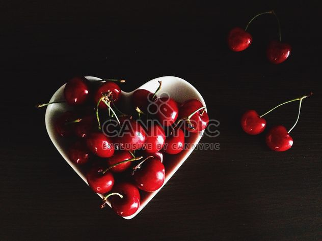 Cherries in a plate - бесплатный image #185687