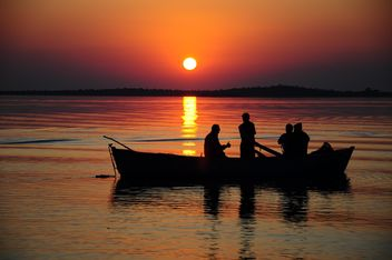 silhouettes of fishermen on lake - image #185777 gratis