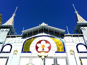Facade of restored Lermontov Gallery against blue sky - image #186627 gratis