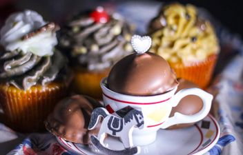 Chocolate cupcake and toy horse - image #187397 gratis