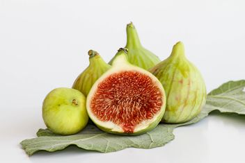 Ripe Figs on fig leaf - бесплатный image #187827