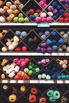 Colorful yarn balls on shelves - image #187917 gratis