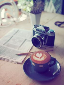 Coffee and classic camera - image gratuit #197917