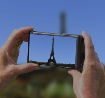 Hands of man taking photo of Eiffel Tower - бесплатный image #200077