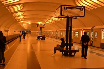 People waiting for train at metro station - image #200697 gratis