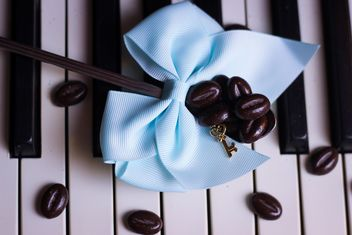 Coffee beans on piano - image gratuit #200927