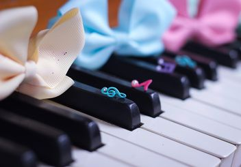 Bows Of Beads On The Piano - image gratuit #200977