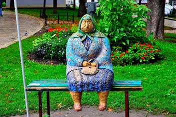 Sculpture of woman on the bench - image #229427 gratis