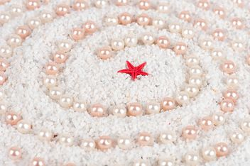 Pearls and starfish on the sand - image #272577 gratis