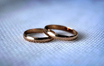 Wedding rings on blue background - бесплатный image #273197