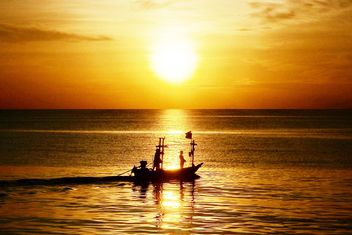 Fishing boat on the beach - image gratuit #273587