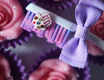 Toothbrush and cupcake - Kostenloses image #273727