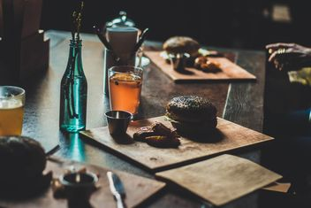 Burgers and cups of tea - бесплатный image #273907