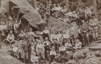 Large group of school boys posing on a hiking trail - бесплатный image #300457