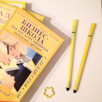 Yellow books and markers - image gratuit #301347