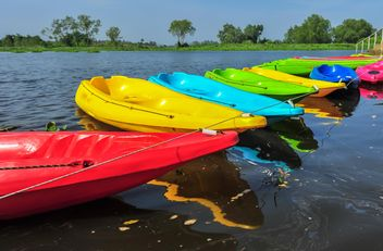 Colorful kayaks docked - image #301657 gratis