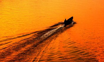 Fisherman in a boat - image #301757 gratis