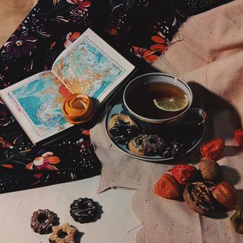 Black tea with lemon and cookies - бесплатный image #302797