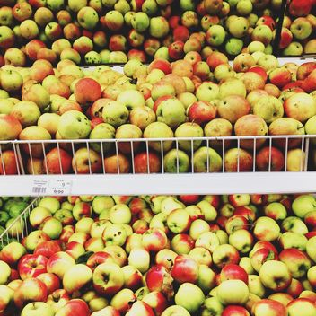 Pile of apples in market - Free image #303277