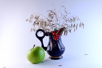 Blue vase and green apple - image gratuit #303297