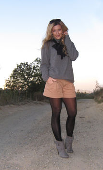 dressed up shorts+gray and black and taupe+sunset+the hills+los angeles+vintage scarf+cashmere sweater - image #314497 gratis
