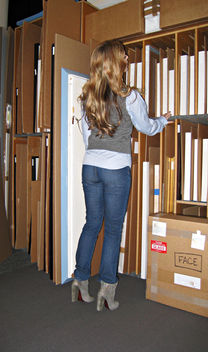 jeans and a button down and sweater vest and boots+at the gallery looking through the art racks - Kostenloses image #314547