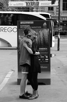 sweet dance of a young couple in the city center - Milano 2013 - image gratuit #317987