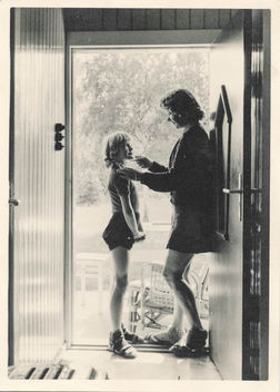 Mother and daughter in the doorway - image #319257 gratis