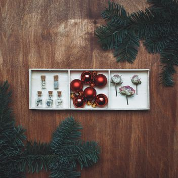 Christmas balls, dry roses and fir branches - image gratuit #327347