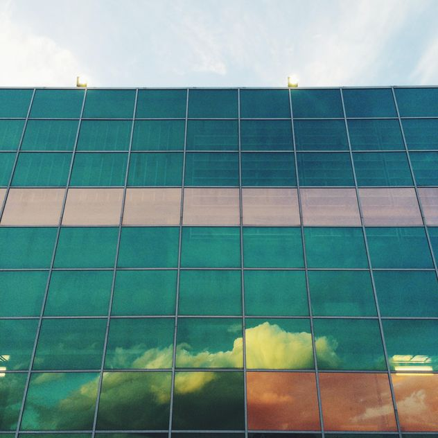 Glass building with reflection of sky - бесплатный image #329107