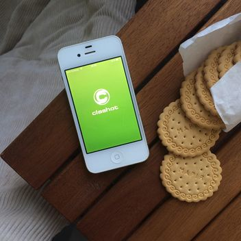 Cookies and smartphone on table - бесплатный image #329127