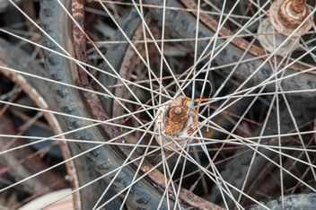 Old bicycle wheels - image #330377 gratis