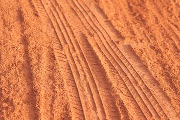traces of the wheels on the red dust - бесплатный image #331007