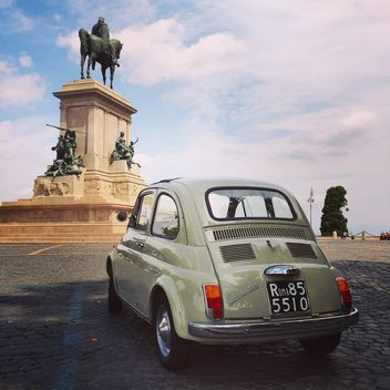 Fiat 500 on the square in Rome - image gratuit #331897