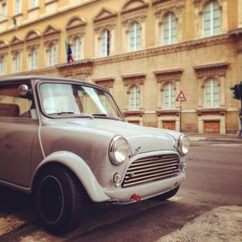 Small retro car in the street - image gratuit #331917