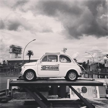 Old Fiat 500 car for rent - image gratuit #331997