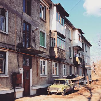Old Russian car parked near house - image gratuit #332117
