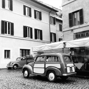 Old cars in street of Rome - image #332297 gratis