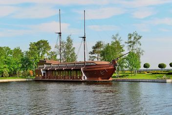Brown vessel boat moored on river - image gratuit #333147