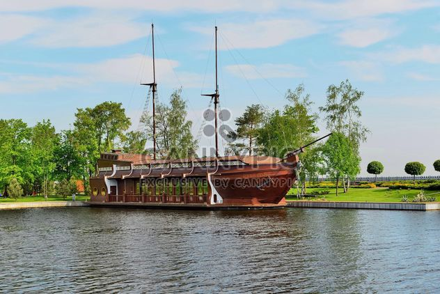 Brown vessel boat moored on river - image #333147 gratis