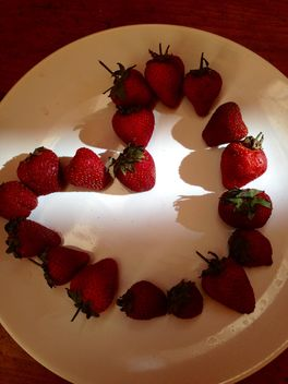 Heart made of strawberries - image #334307 gratis
