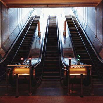 escalator in metro station - image gratuit #335107