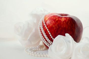 Apples, white roses and beads - image gratuit #337827