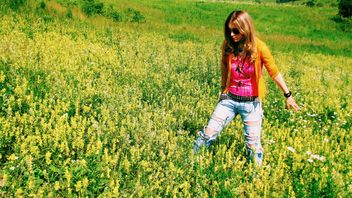 Girl in field of yellow flowers - image #337927 gratis