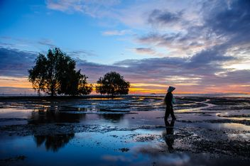 Fisherman with nets on seashore - image #338597 gratis