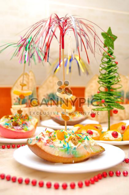 Pear with honey for dessert with Christmas decorations - image gratuit #346557
