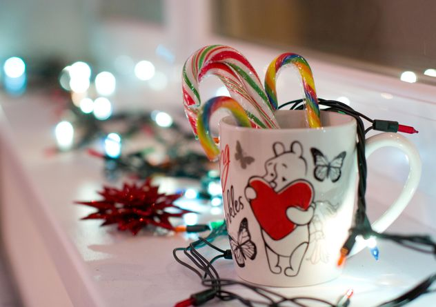 Christmas candies in cup and garlands - image gratuit #346897