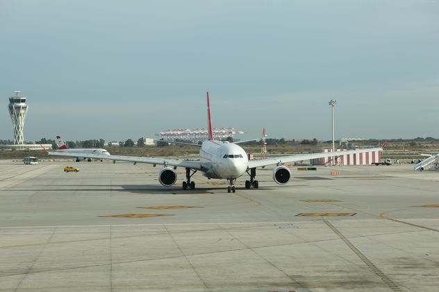 Turkish Airlines Airplane ready for take off at Barcelona Airport, Spain - image #346957 gratis
