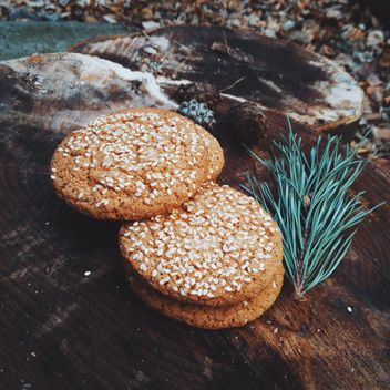 Cookies with sesame on wooden stump - бесплатный image #347177
